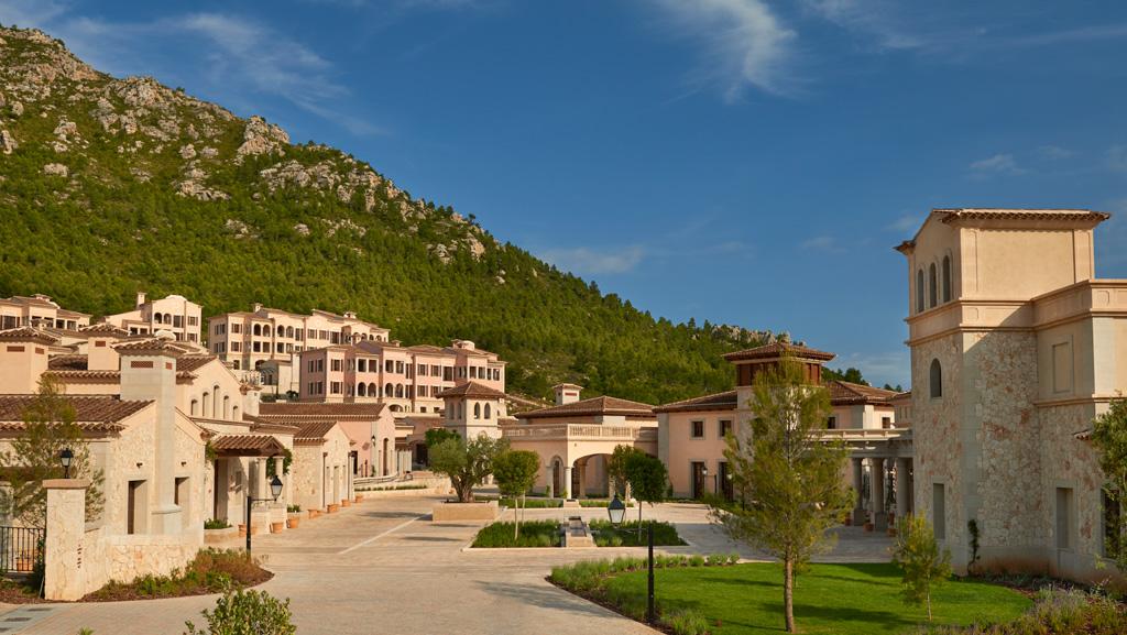 Le Park Hyatt Majorque a été imaginé comme un village traditionnel Majorquin, à flancs de colline, bâti autour d'une placette