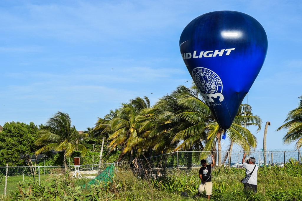 Un ballon BudLight accueille les clubbers au Martina's Beach © Yonder.fr