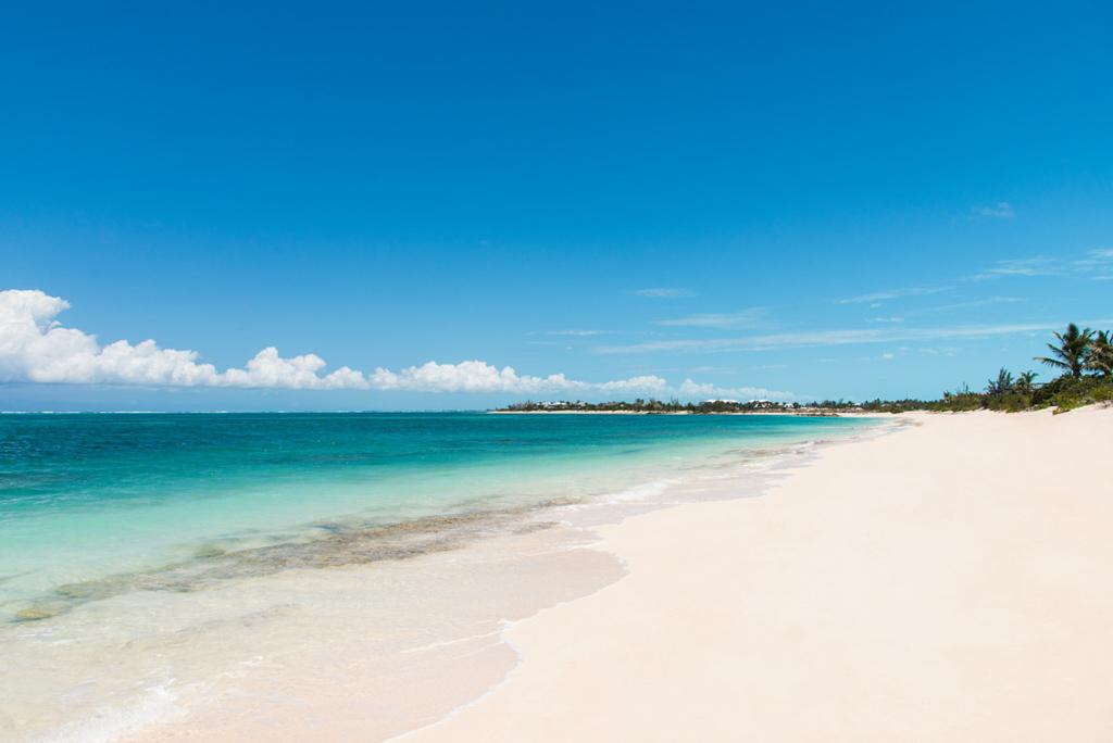 Les villas de Beach Enclave North Shore, sur l'île de Providenciales (Turks-et-Caïcos) ont un accès direct à une longue plage de sable blanc