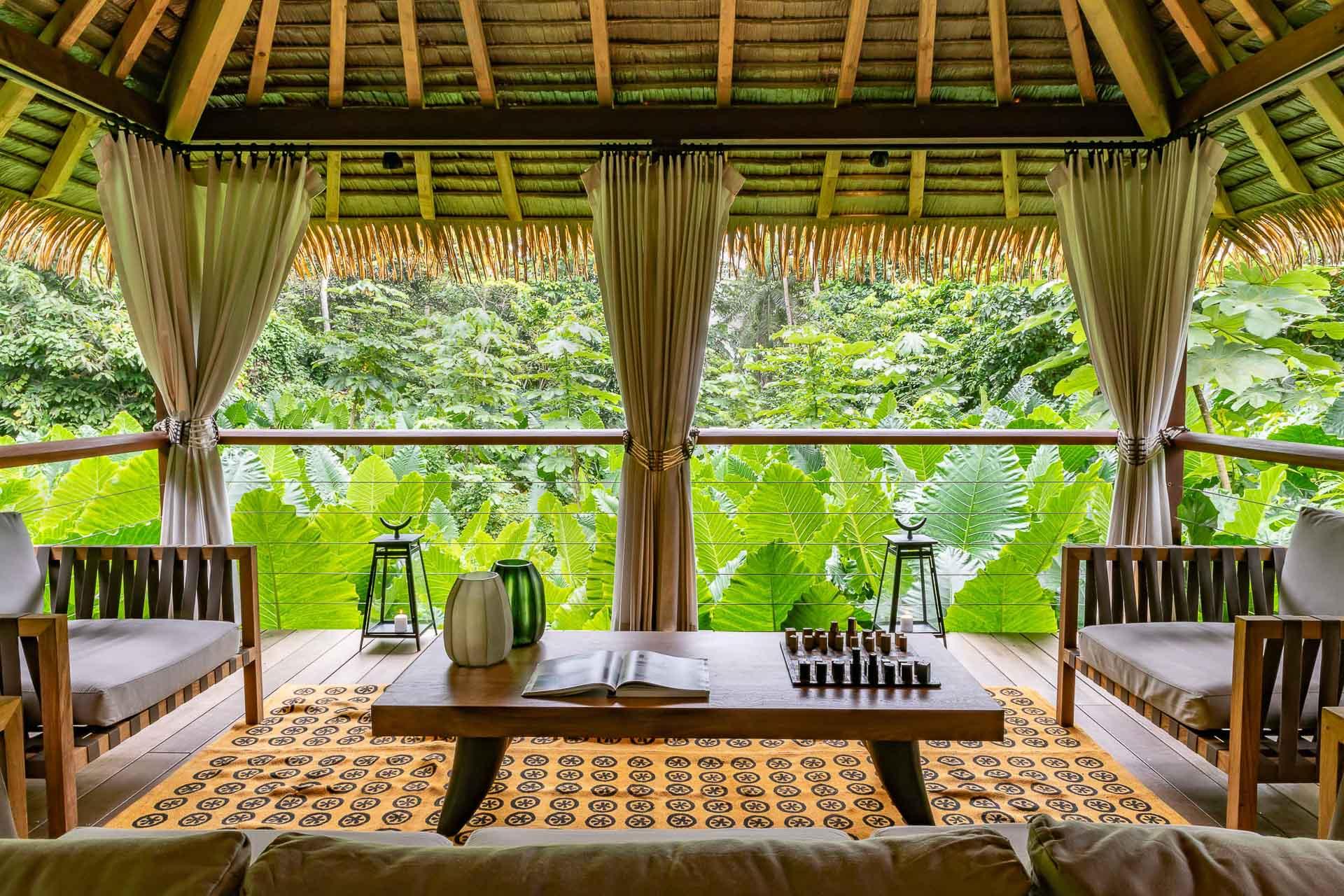 Le lobby du Sundy Praia, ouvert sur une jungle luxuriante à perte de vue
