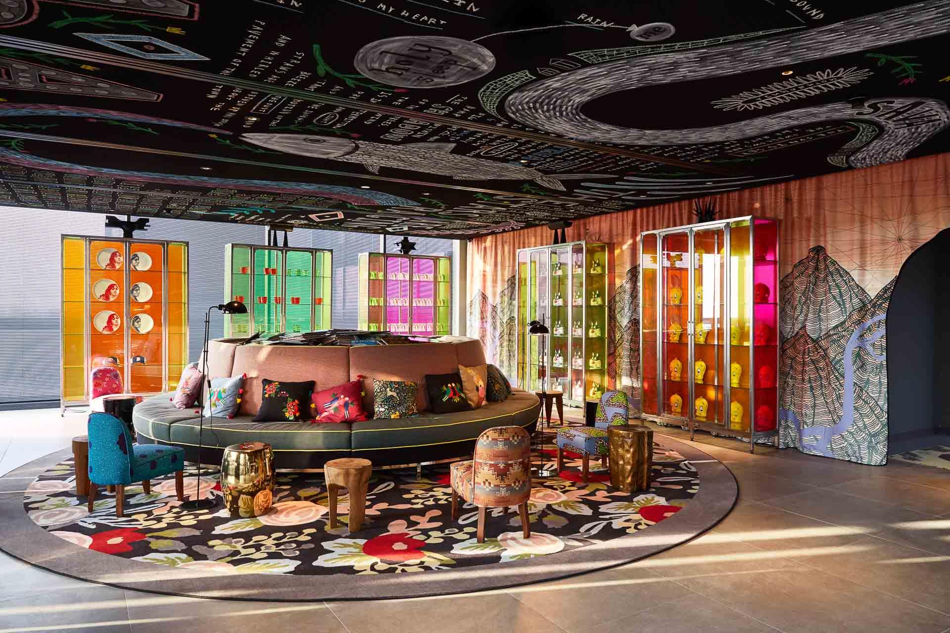 Dès la réception, on retrouve l'univers visuel coloré et funky qui a fait le succès de Mama Shelter depuis ses débuts en 2008