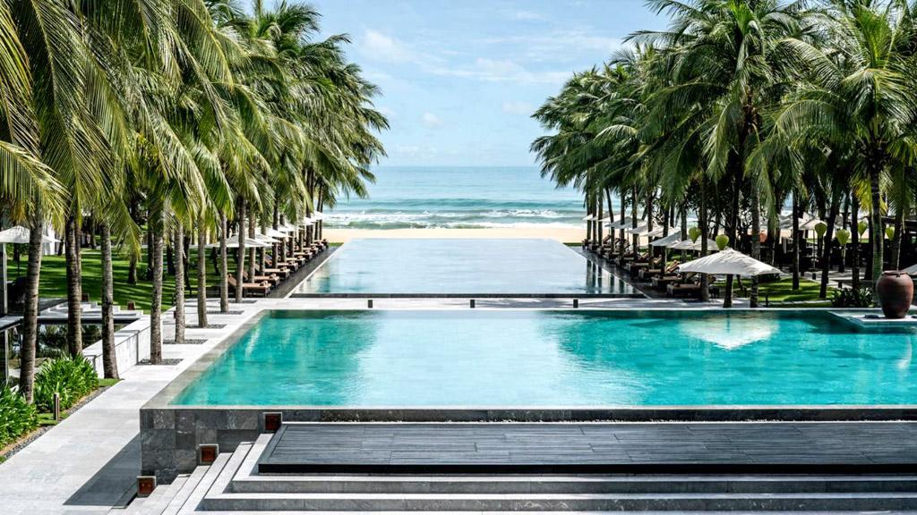 Au cœur du Four Seasons The Nam Hai, trois piscines encadrées de palmiers