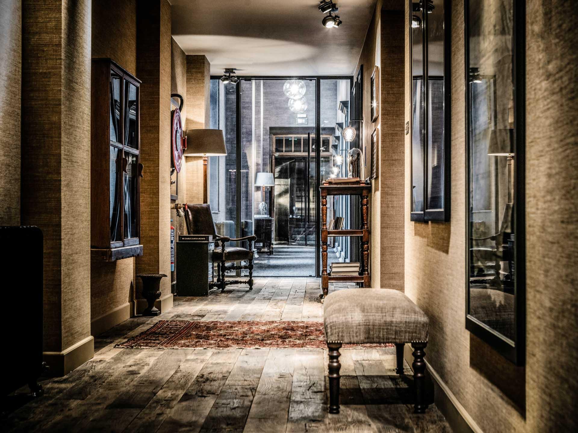 Dès l'entrée de l'hôtel, un mobilier antique des années 1900 donne le ton