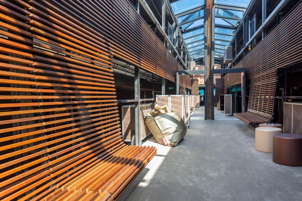 Au centre de l'hôtel, une verrière laisse entrer la lumière naturelle au cœur du bâtiment.