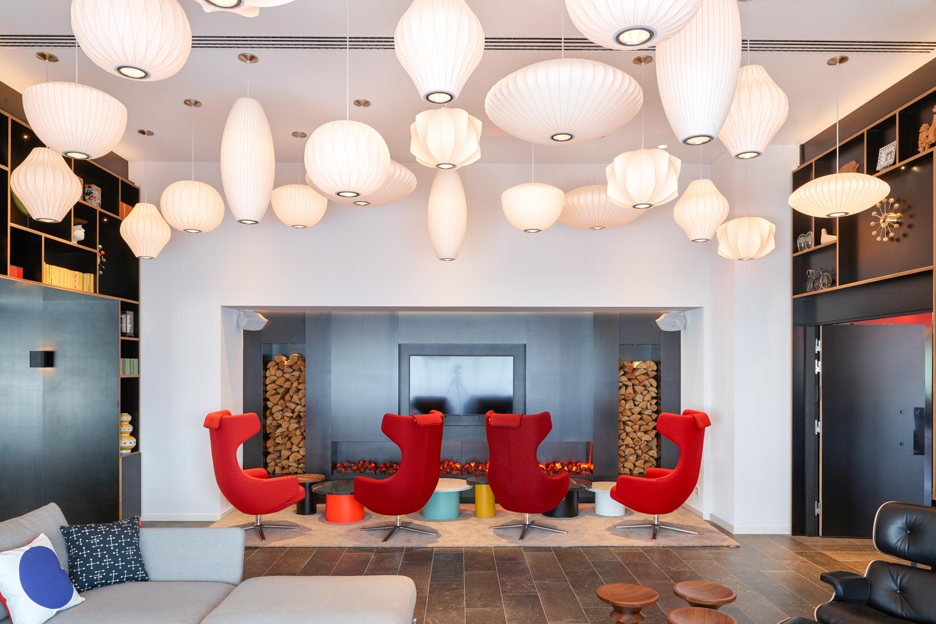"""Le lobby est le lieu signature de citizenM. Il est appelé le """"Salon"""", car """"on passe plus de temps dans le salon que dans sa chambre"""""""