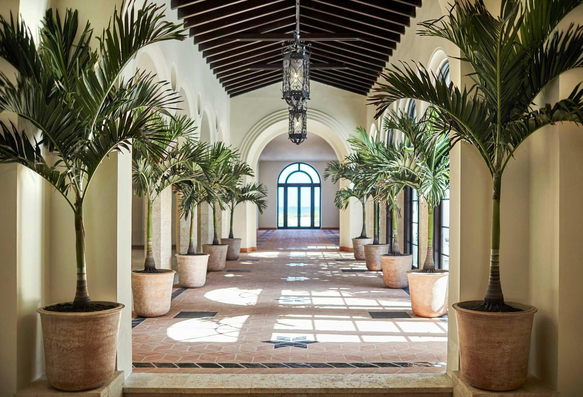 Le bâtiment d'inspiration méditerranéenne des années 1920 et les « cabanas » de bord de mer du Surf Club ont été créés par l'architecte Russell T. Pancoast.
