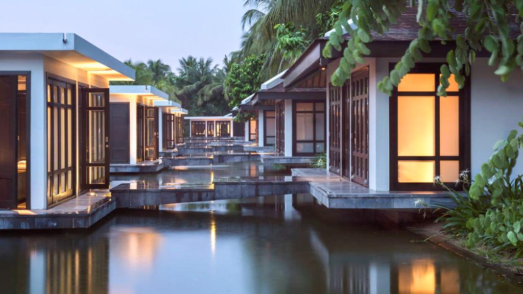 Le spa est également installé dans un ensemble de pavillons individuels, comme posés sur l'eau