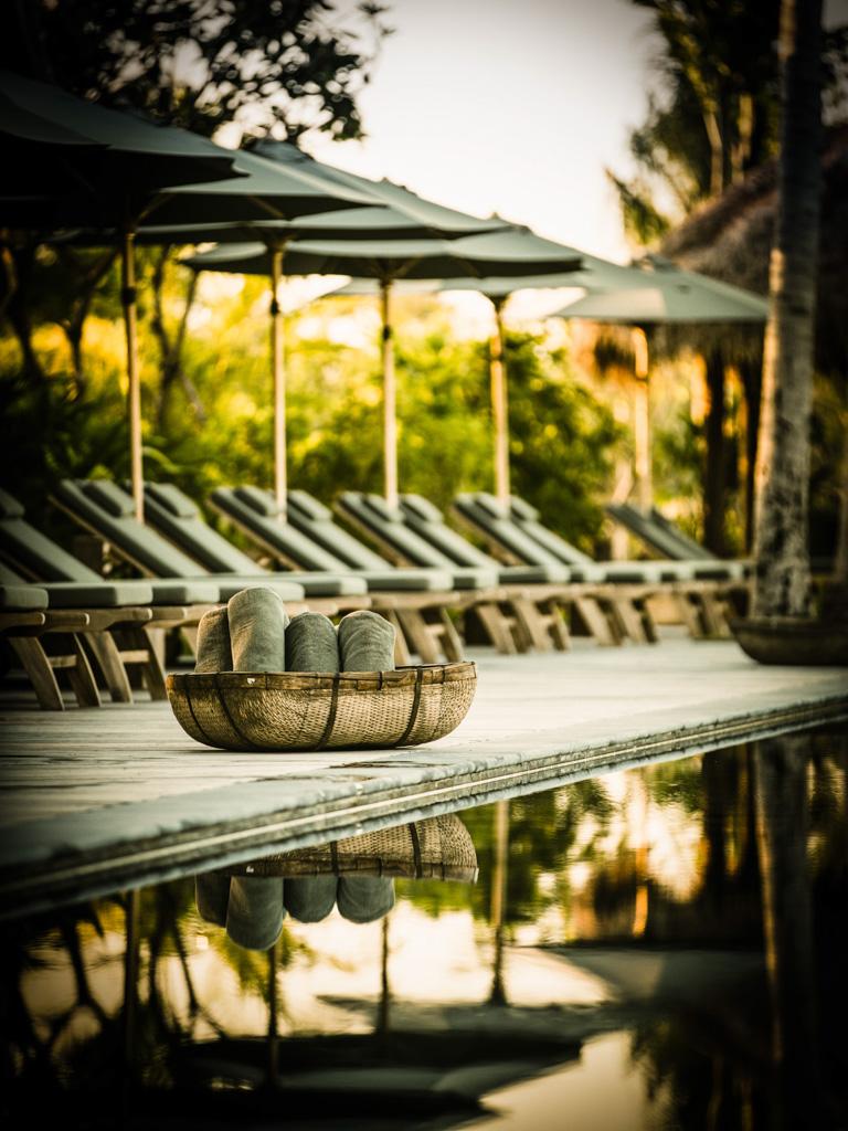 Au centre du resort, une somptueuse piscine bordée de végétation