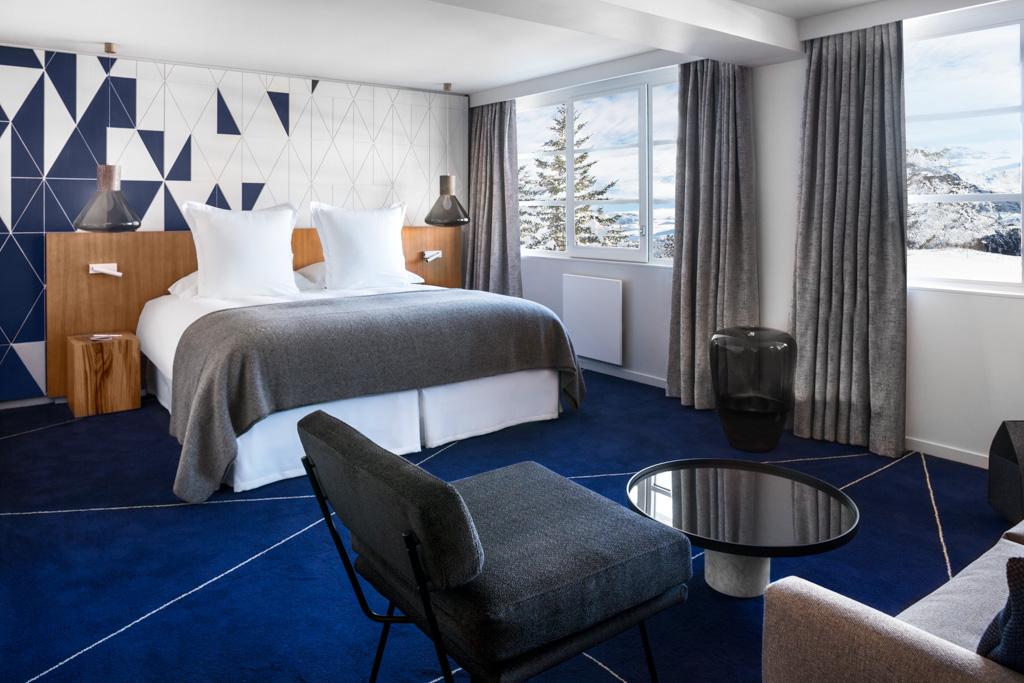 Même constat dans les chambres qui font la part belle à un décor moderne, en rupture avec les codes de l'hôtellerie de montagne