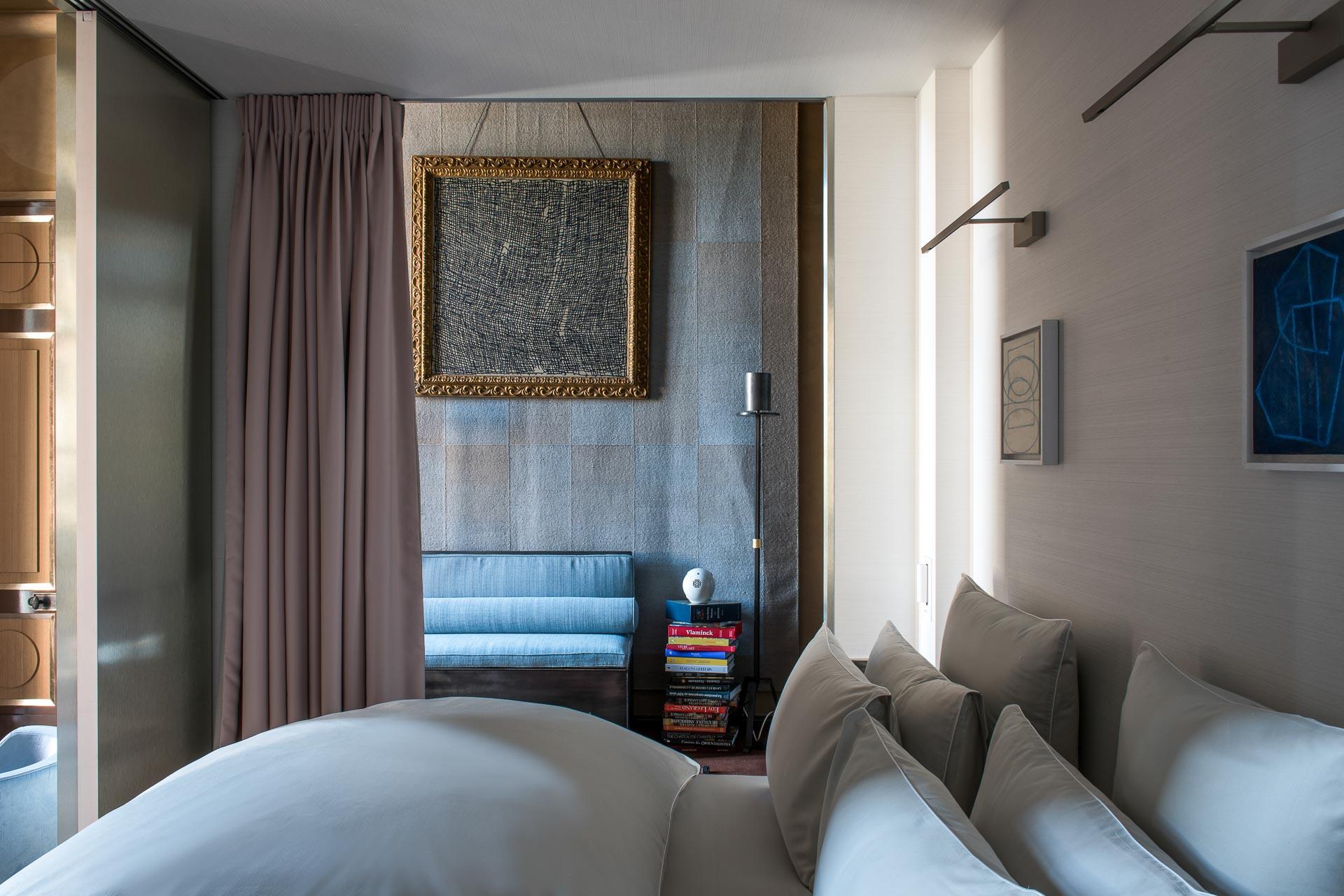 Des lits à baldaquin« revisités» permettent de créer un cocon pour dormir, sans toucher à la structure historique et classée de la bâtisse