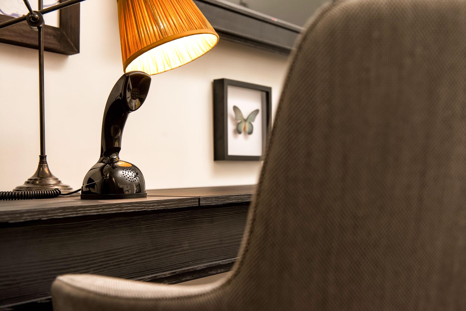 On retrouve également dans chambre chambre un bureau pour travailler et des luminaires choisis sur mesure