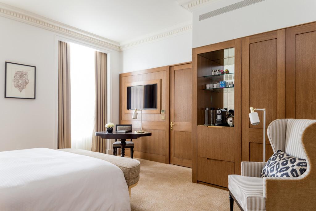 Les chambres Deluxe offrent un décor fait de boiseries en chêne...