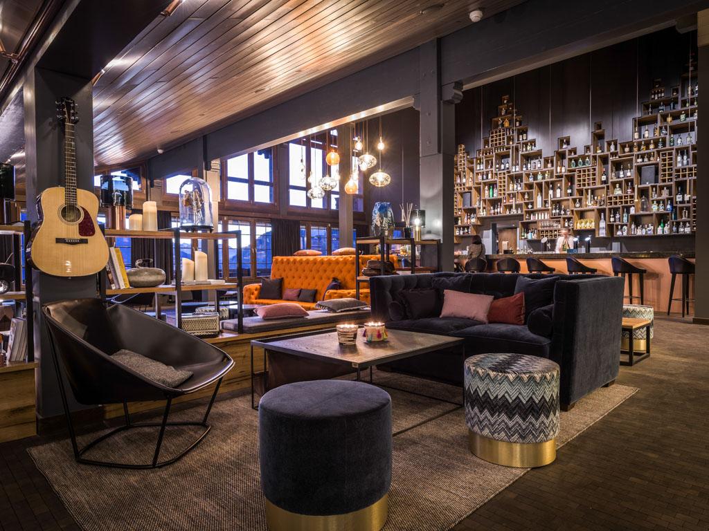 Atmosphère chaleureuse dans le lounge de l'hôtel, lieu parfait pour venir se détendre à l'heure de l'après-ski