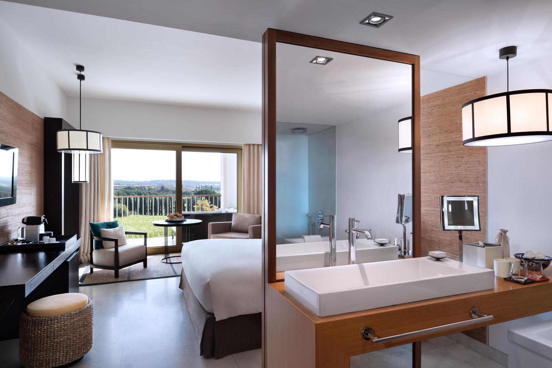 Dans les chambres et suites, le design est sobre, le confort maximal