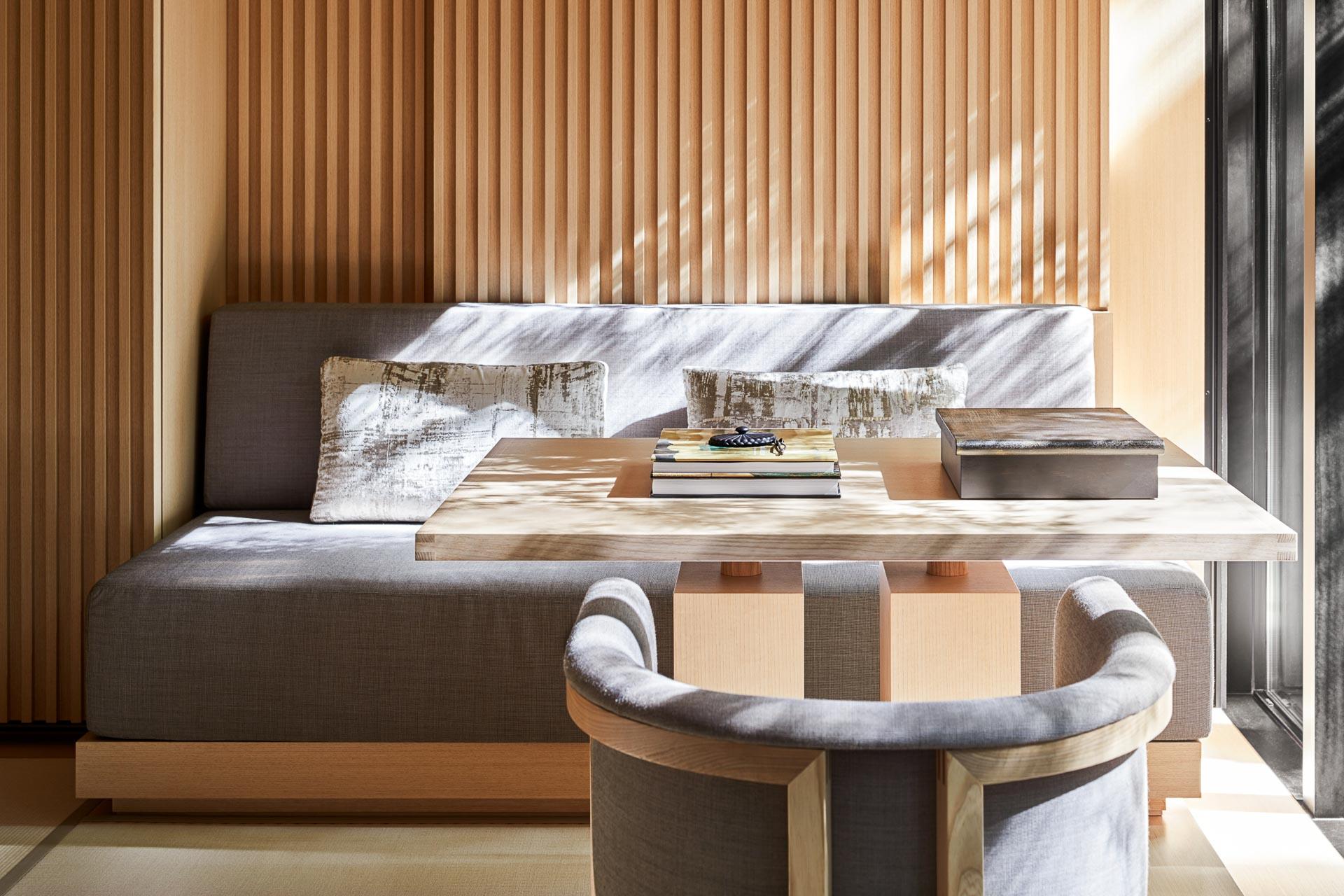 Décorà la géométrie minimaliste et baies vitrées ouvertes sur la nature environnante, on retrouve les codes esthétiques d'Aman