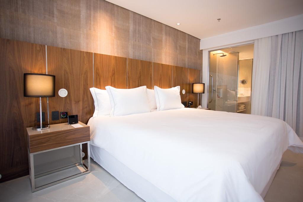 Il comporte 413 chambres et suites au décor contemporain tout en sobriété