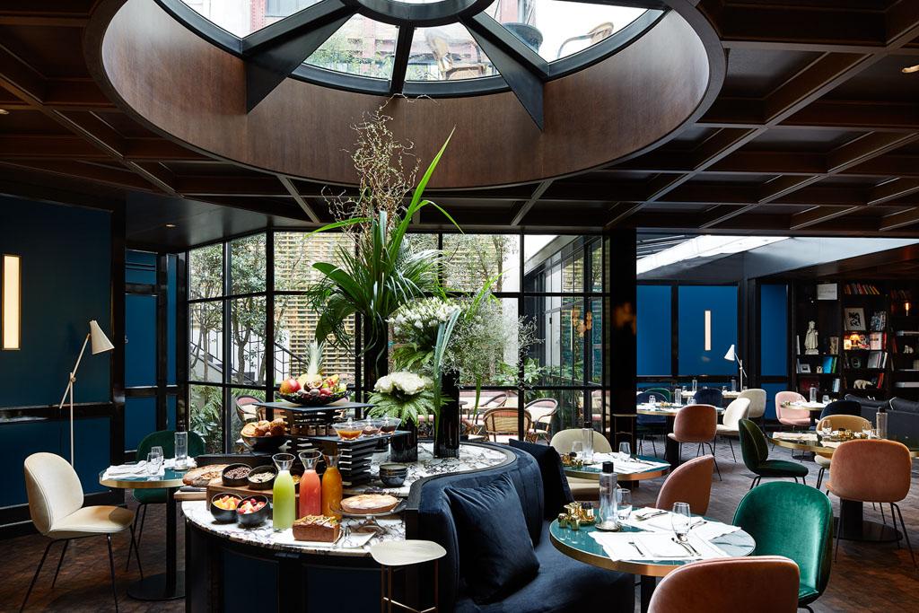 La carte du restaurant est signée Arnaud Faye, chef doublement étoilé au célèbre restaurant de la Chèvre d'Or à Èze