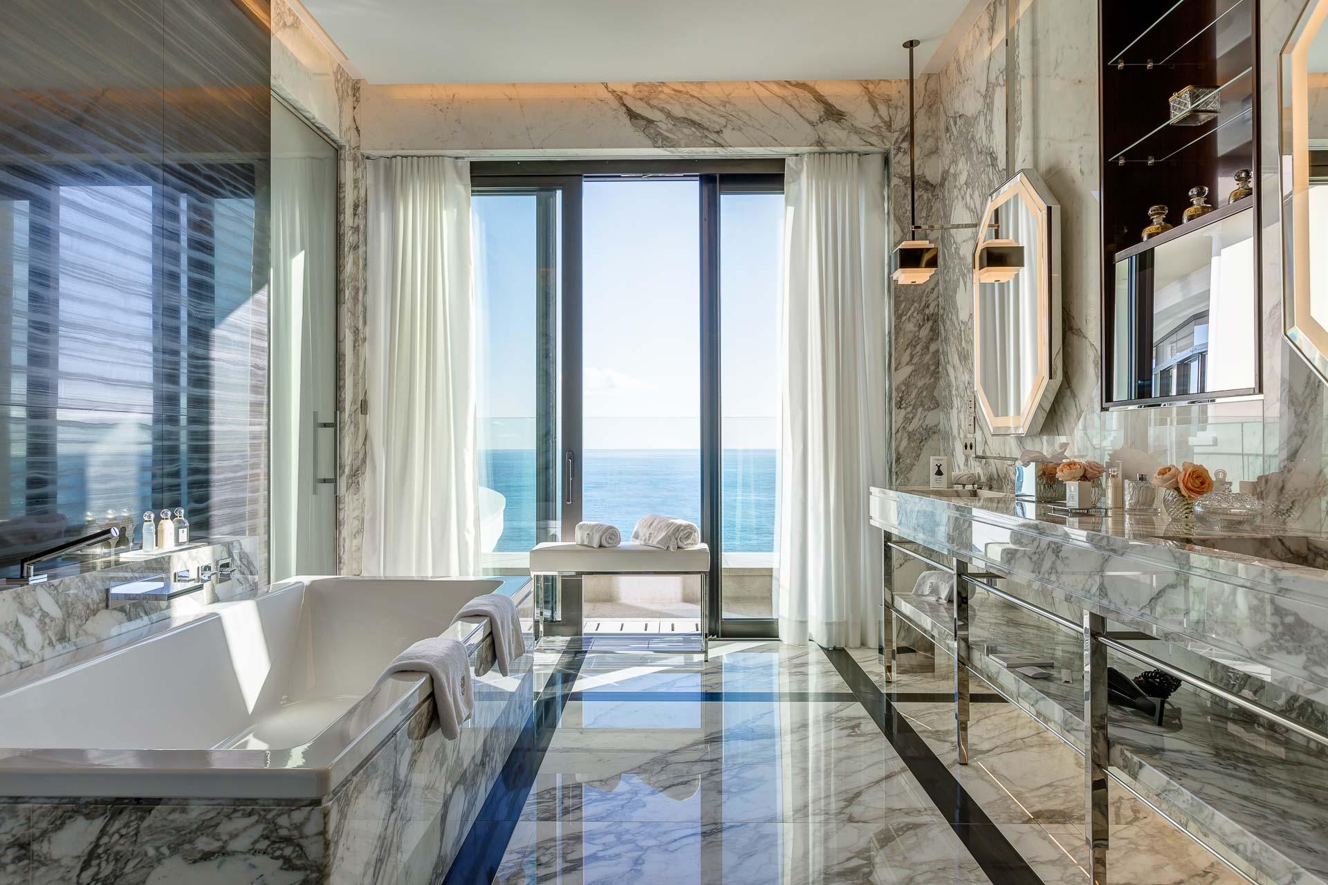 Les salles de bain, habillées de marbre et ouvertes sur l'extérieur, témoignent du niveau de luxe inouï de la Suite
