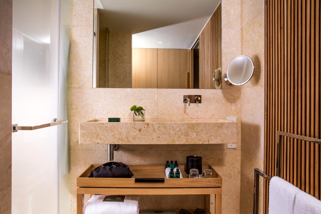 Dans les salles de bain également, le décor est léché