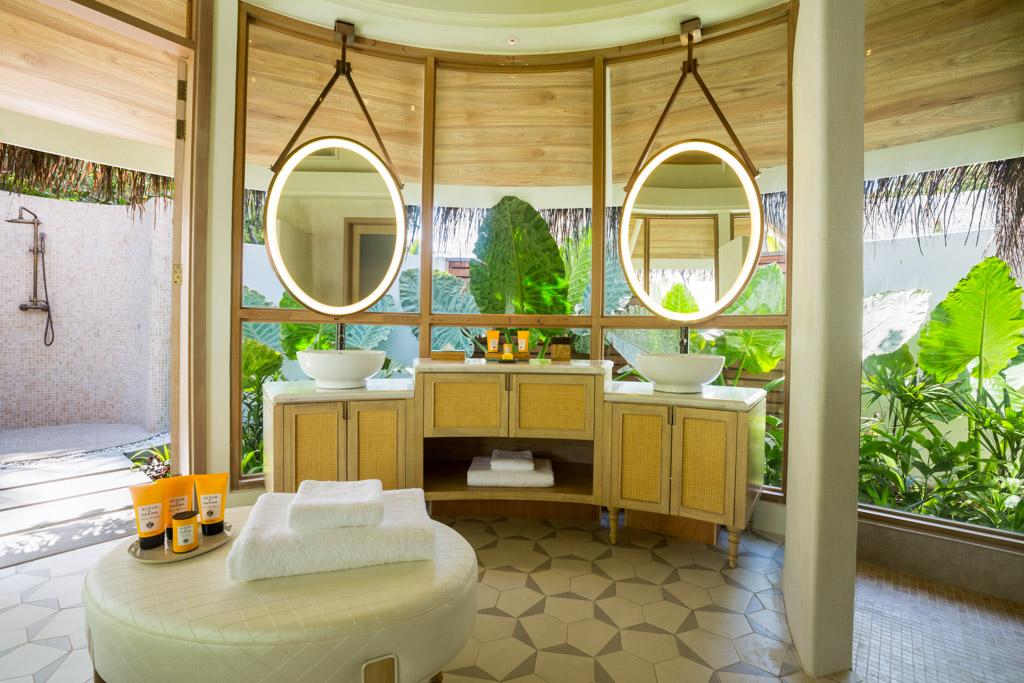 Comme dans de nombreux resorts de l'île, les salles de bain des villas de plage sont extérieures