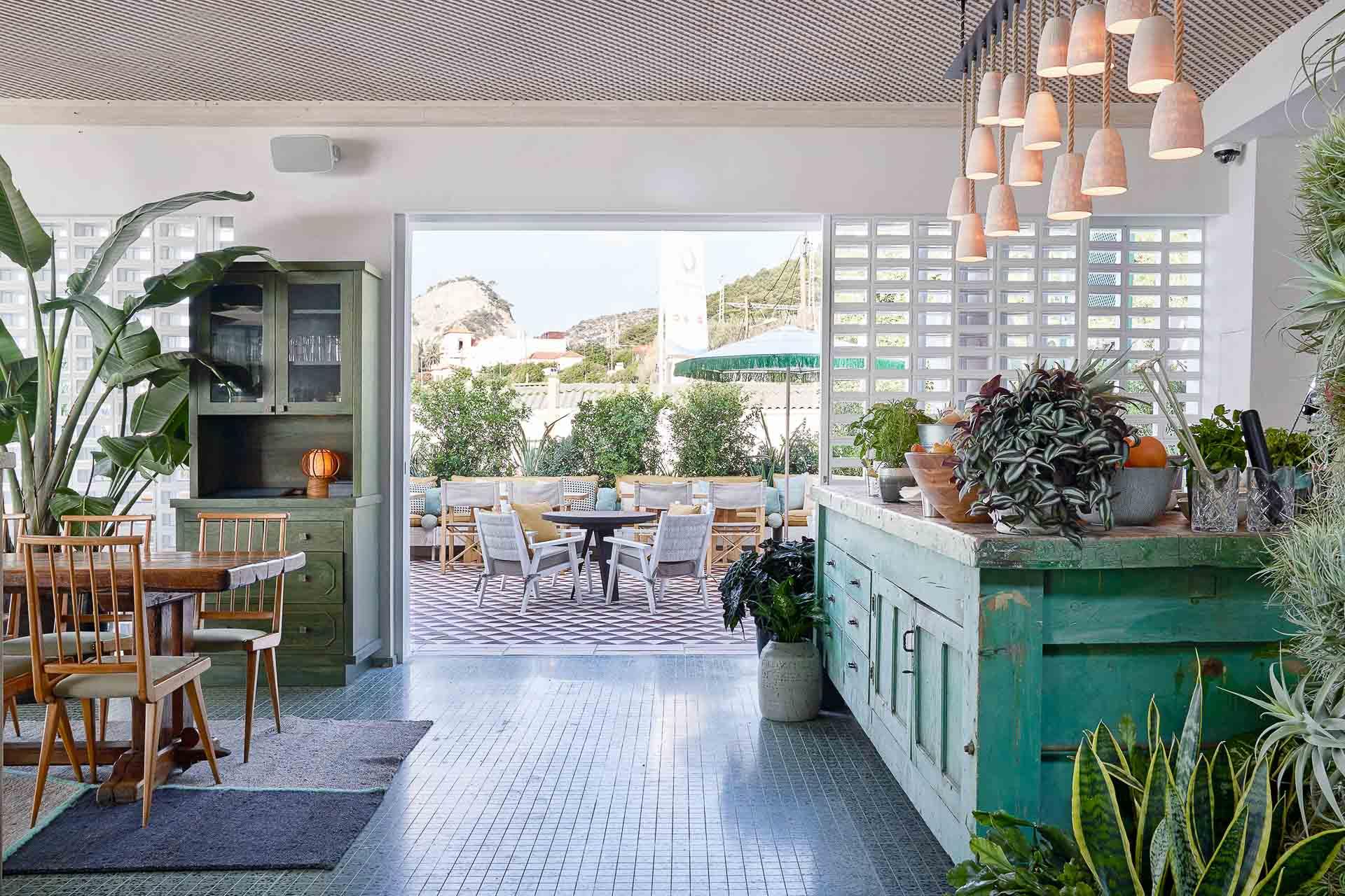 Maison méditerranéenne par excellente, Little Beach House Barcelona est largement ouverte vers l'extérieur et vers la mer