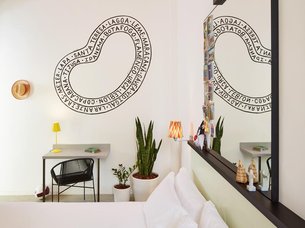 On retrouve dans les chambres le design ludique qui a fait la réputation de Mama Shelter en France
