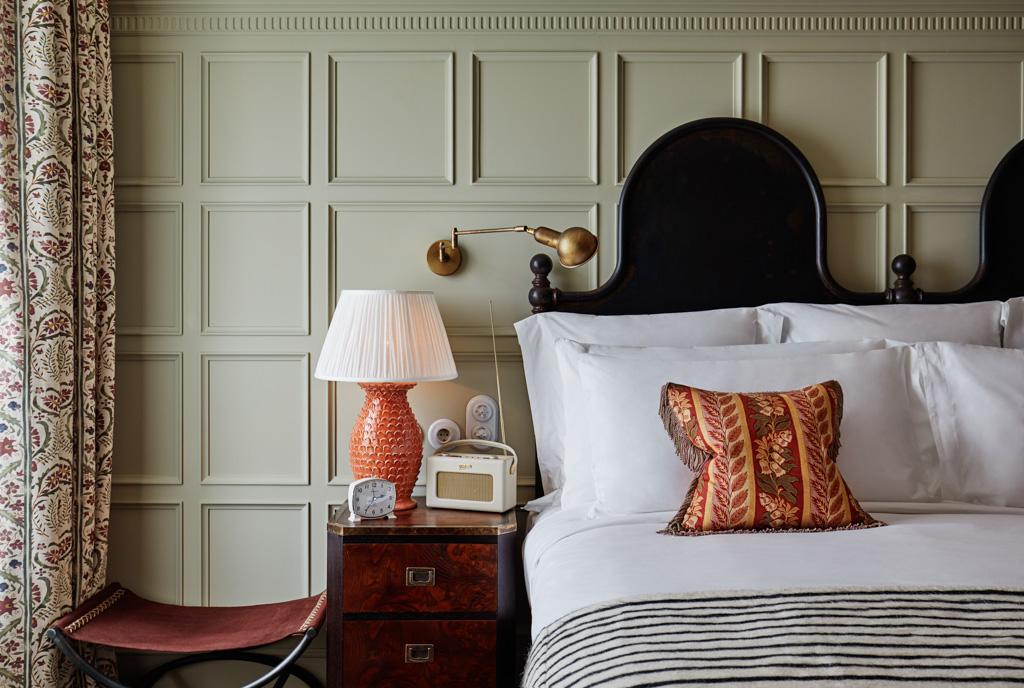 Les chambres affichent un design mélangeant éléments modernes et rustiques