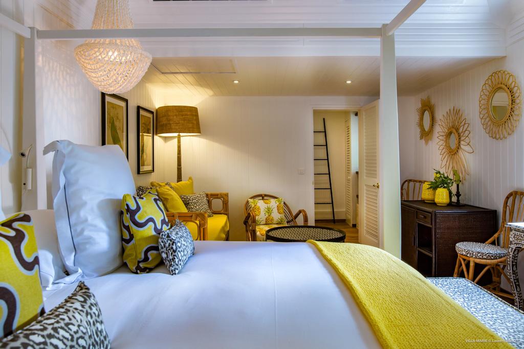 Les chambres, au confort impeccable, affichent des couleurs vives (turquoise, rose bougainvilliers,  jaune canari) contrastant avec la blancheur des murs