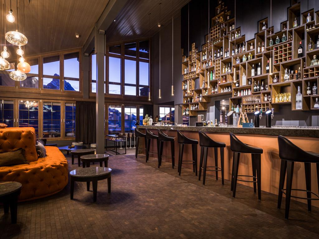 Le HUUSbar, épicentre social de l'hôtel, propose une carte de 450 spiritueux. Un DJ se charge régulièrement de l'ambiance musicale du spot