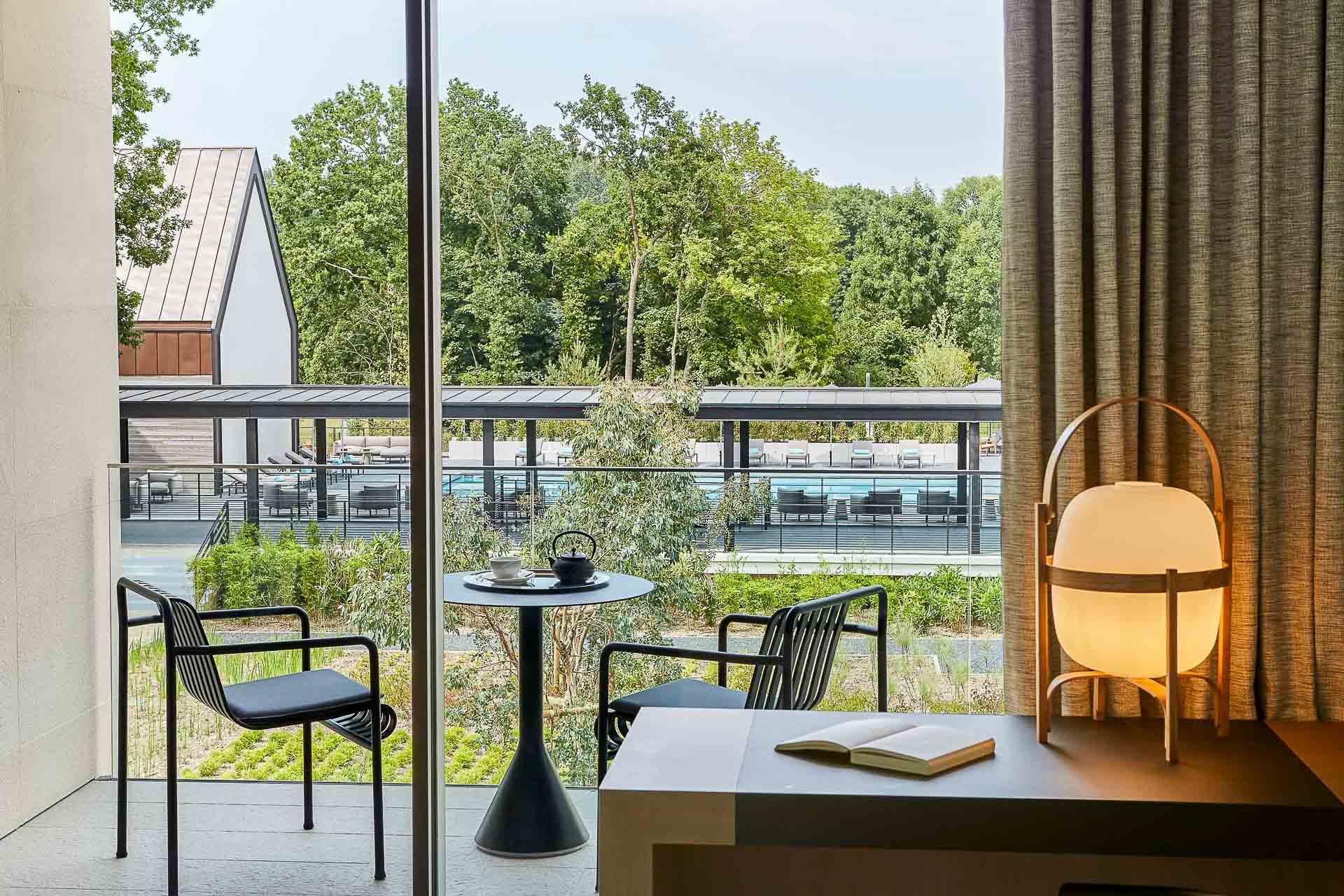 Baies vitrées et balcons ouvrent les chambres sur la nature environnante