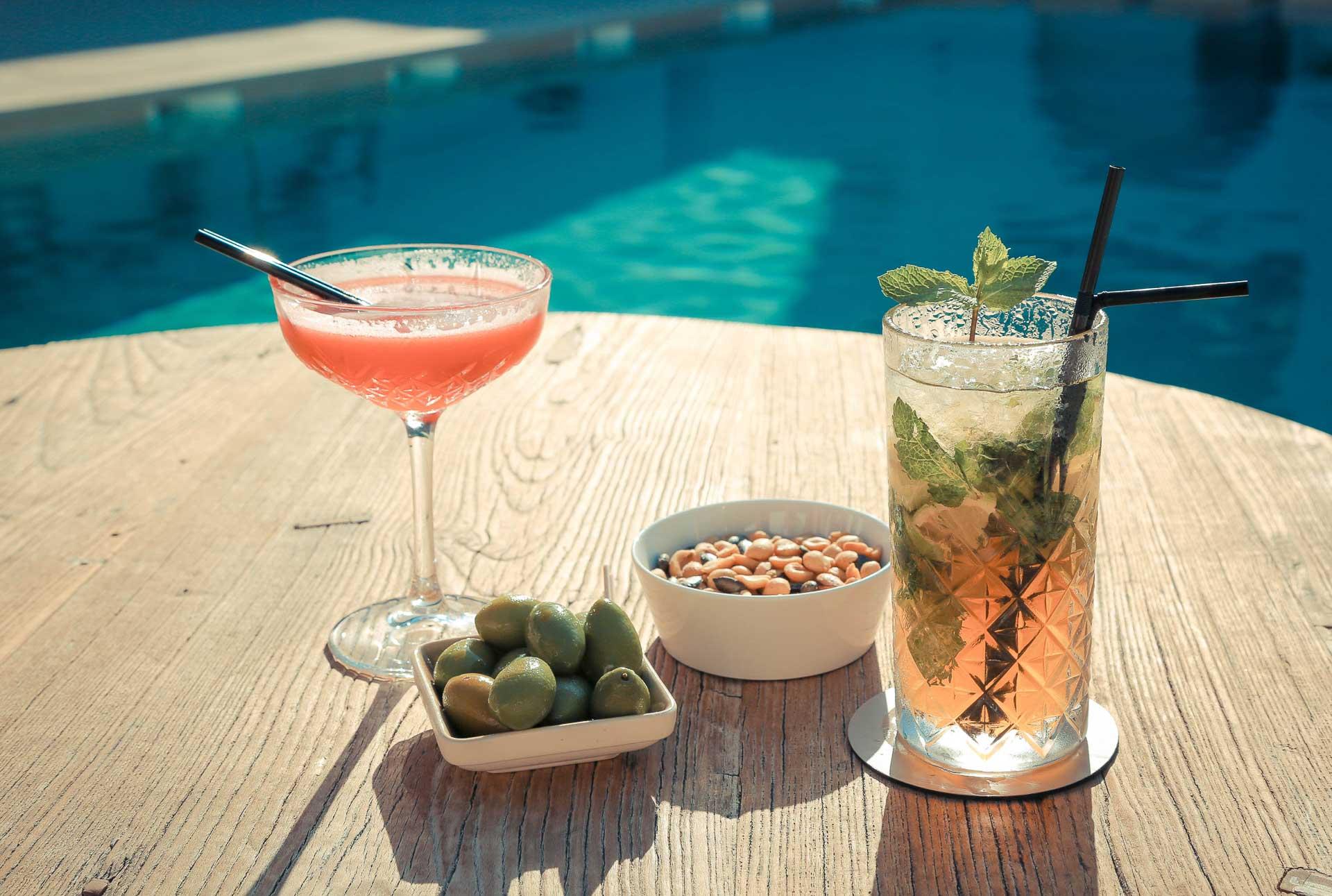 Face au bar de l'hôtel, la piscine est au centre de la vie de l'hôtel
