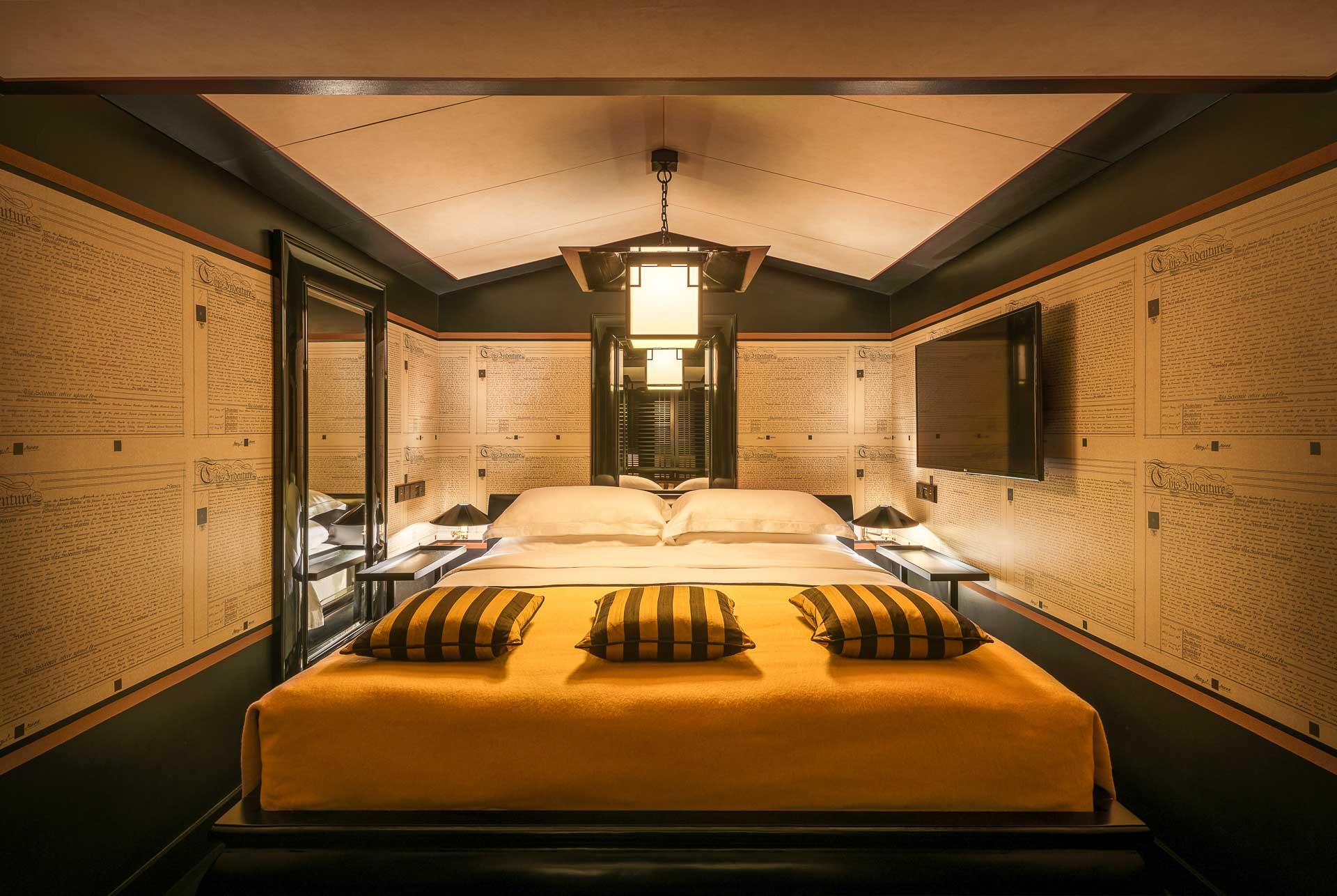 Dans les chambres et suites Opium, les intérieurs se veulent plus opulents, faisan écho à l'héritage du quartier