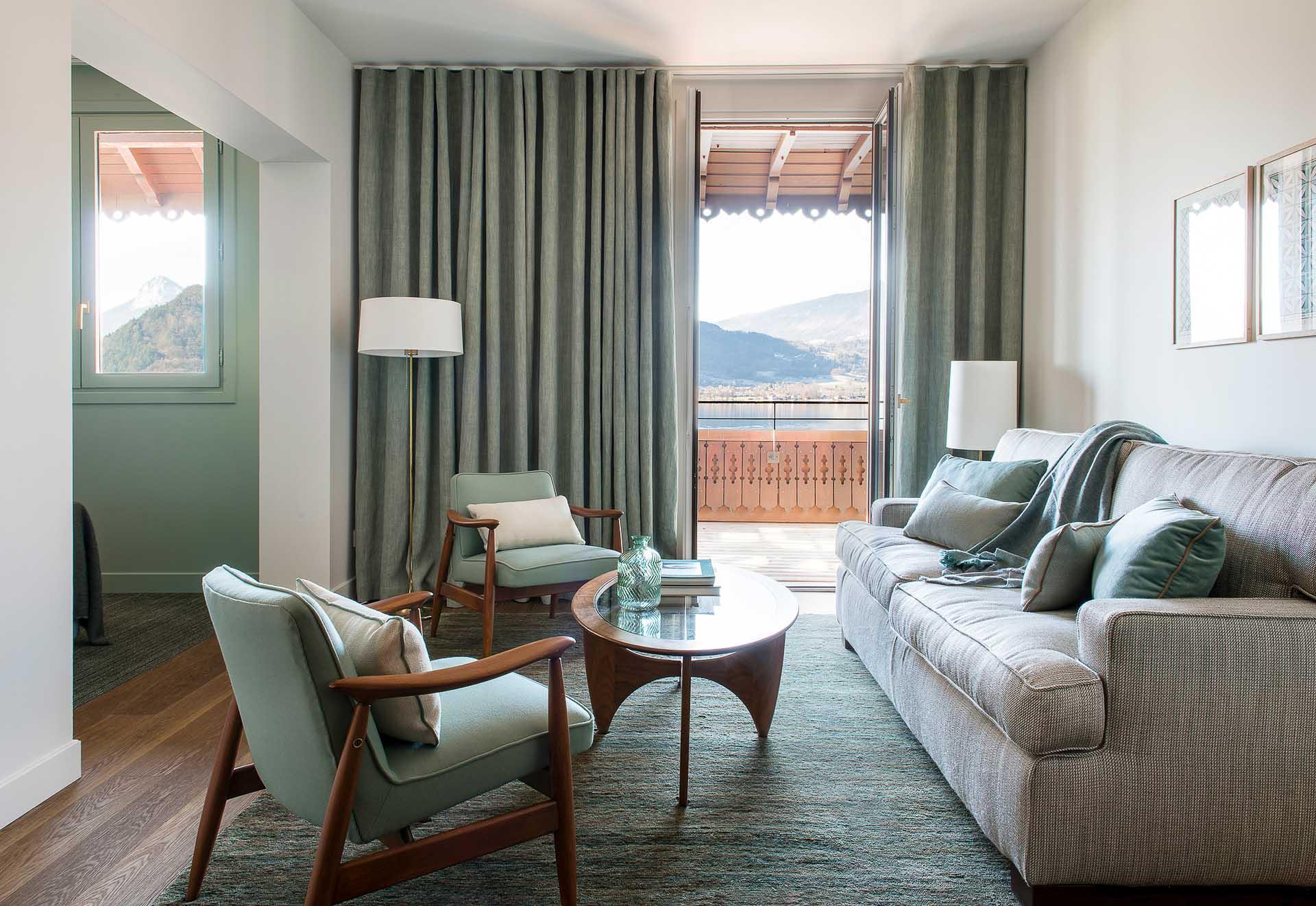 Les Junior Suites, comme les suites, sont particulièrement spacieuses et disposent de balcons avec vue sur le lac d'Annecy
