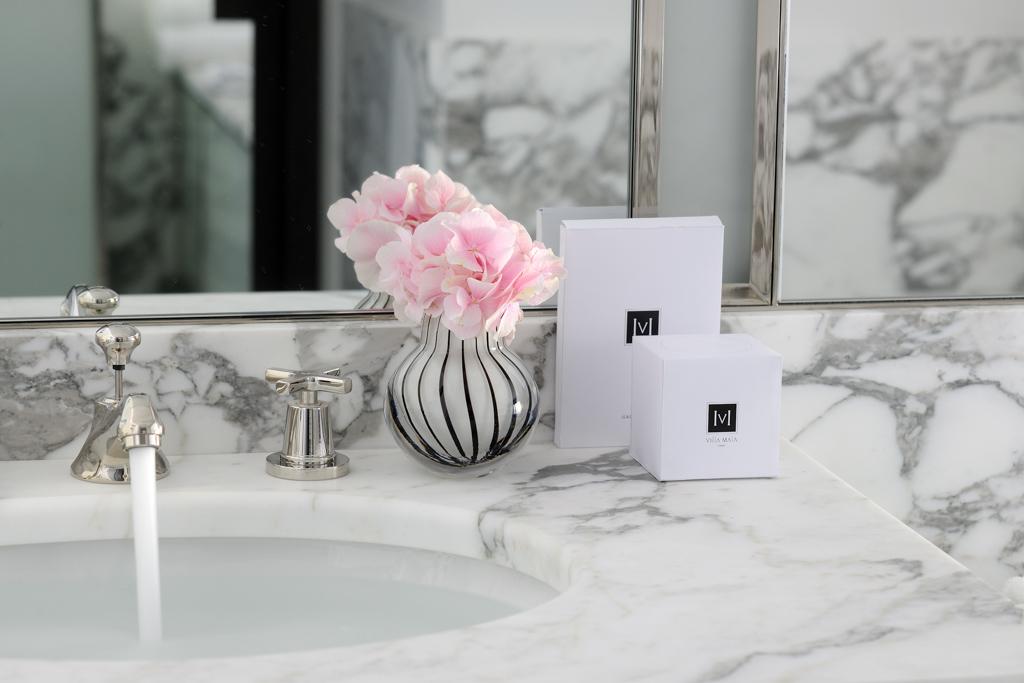 Les salles de bains renforcent l'impression de luxe grâce à l'utilisation de matériaux nobles comme le marbre de Carrare