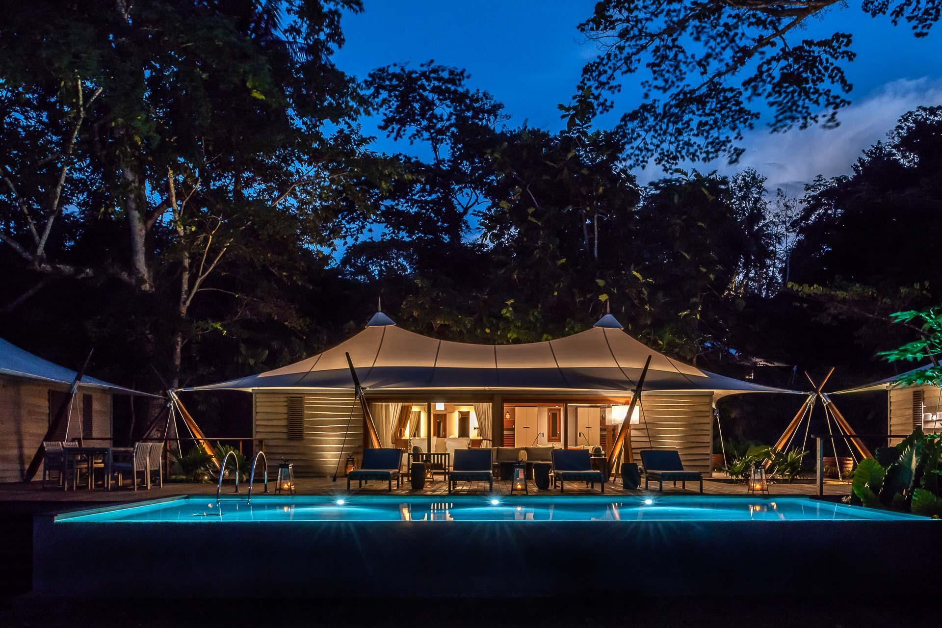 De jour comme de nuit, une piscine bleu azur toute en longueur où se prélasser à l'abri des regards