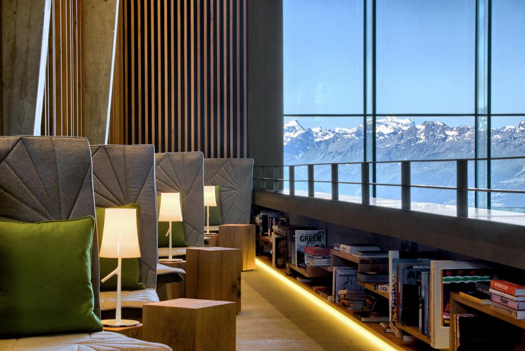 Le feu de cheminée et la bibliothèque constituent le spot idéal pour se relaxer après le ski