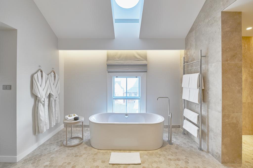 Même sensation d'espace et de luxe minimaliste dans les salles de bain