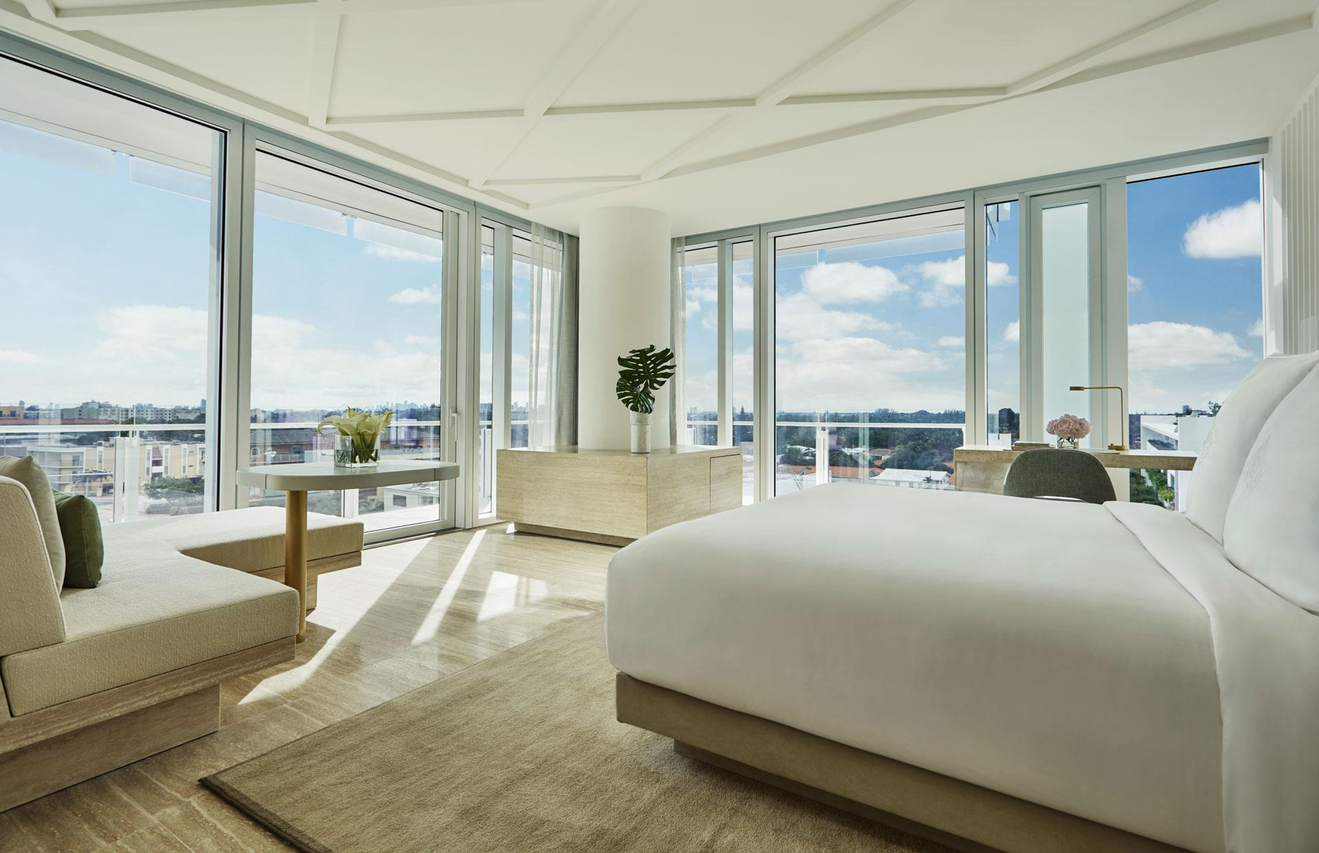 Larges baies vitrées et balcons, qu'elles donnent sur l'océan Atlantique ou sur la ville, les chambres sont toutes largement ouvertes sur l'extérieur