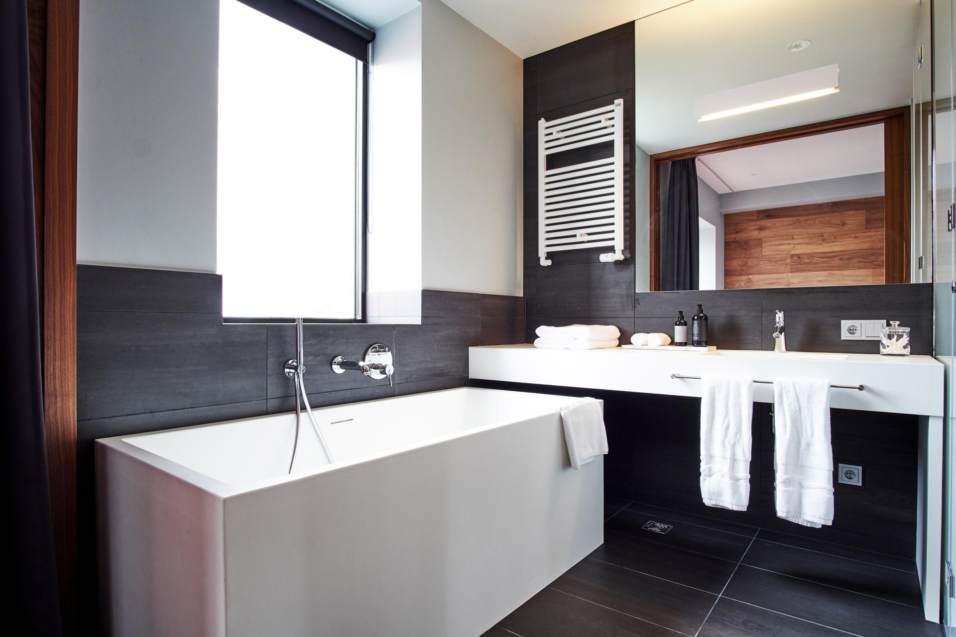 On retrouve dans les salles de bain le même mélange entre minimalisme contemporain et style scandinave