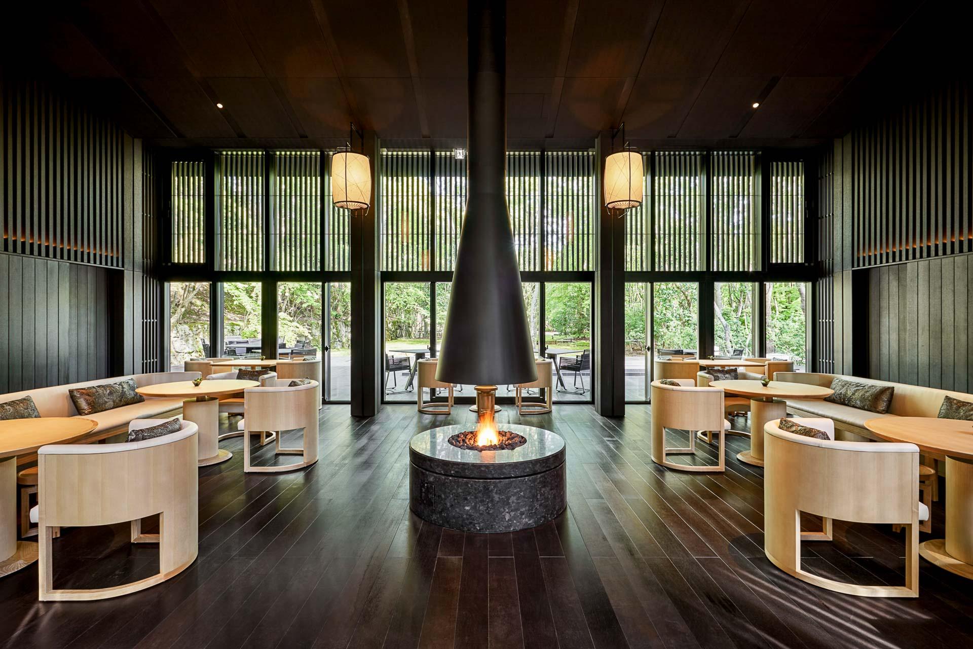 Avec sa cheminée et ses baies vitrées, le Living Pavilion by Aman abrite le restaurant signature d'Aman Kyoto