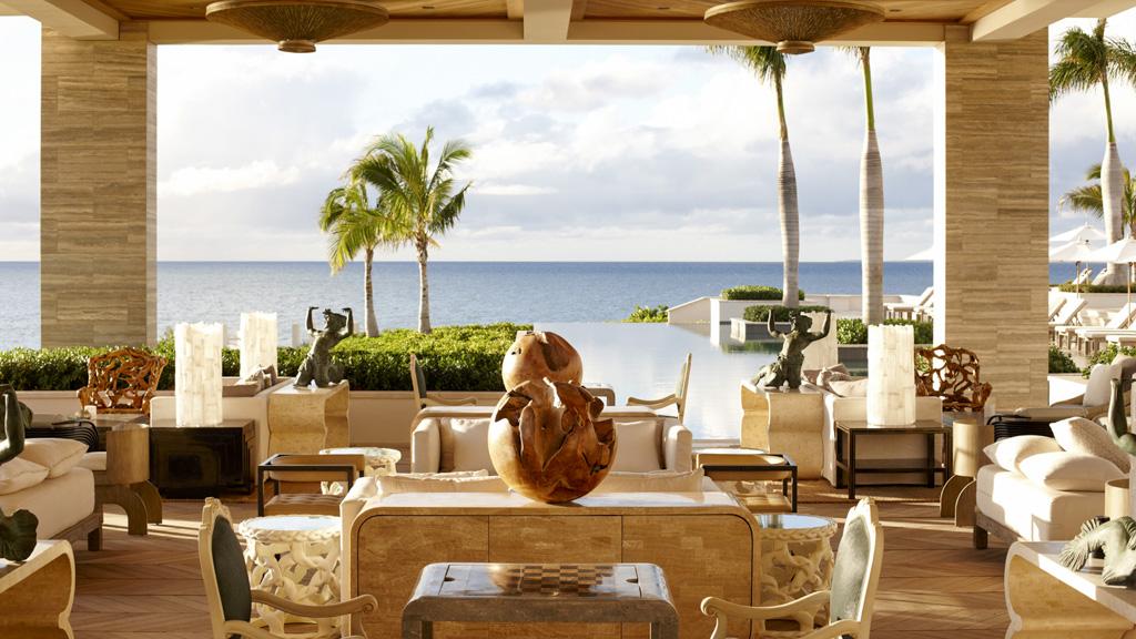 Le resort dévoile de vastes terrasses, faisant face à l'océan