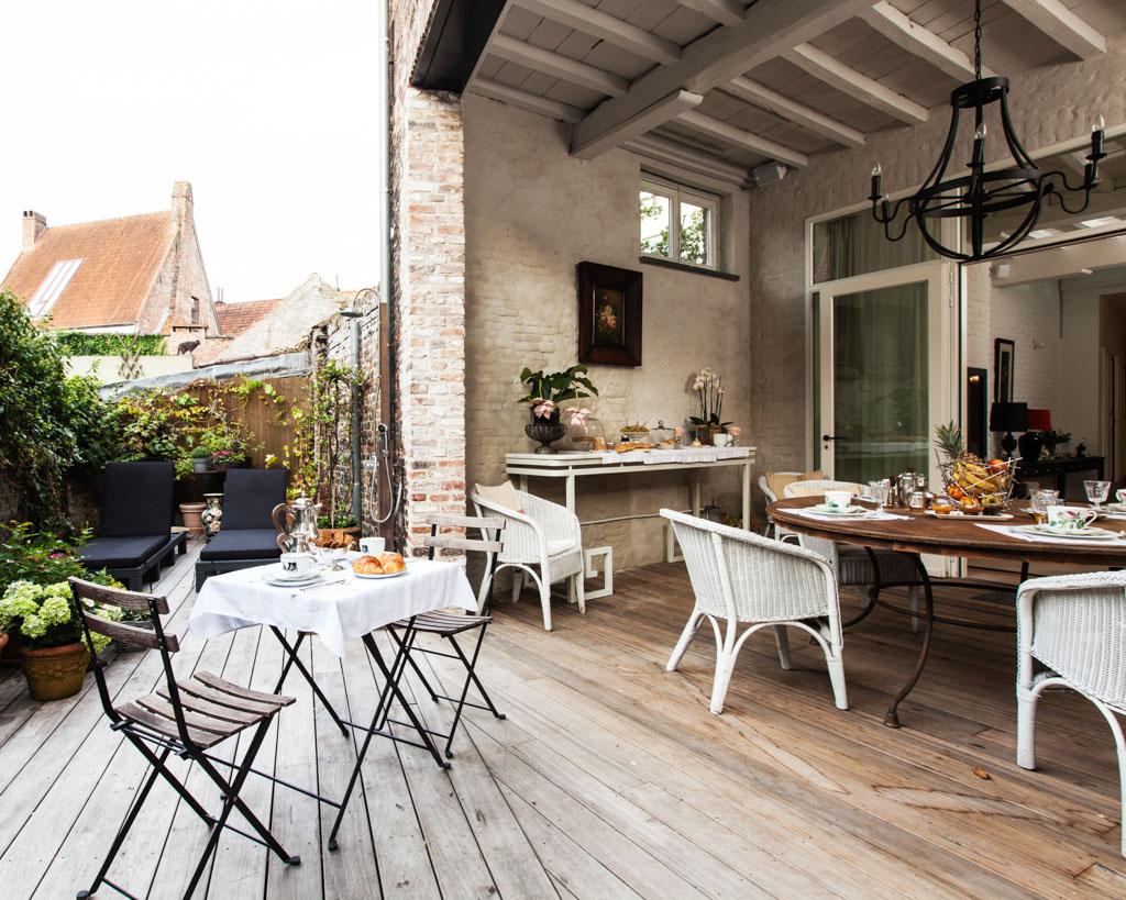 Aux beaux jours, la terrasse permet de prendre son petit-déjeuner dans le jardin de la maison