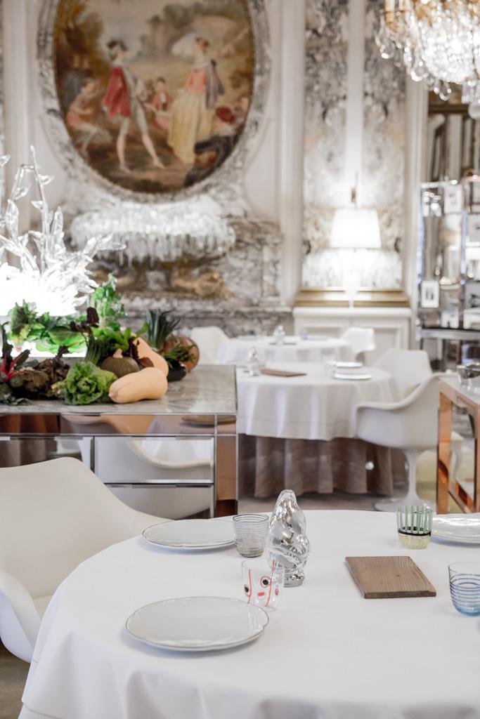 Philippe Starck propose le meilleur des deux mondes : le faste classique français sublimé par le design contemporain