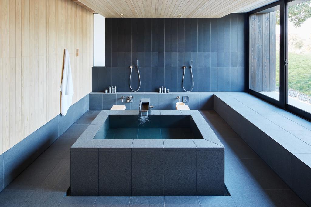 Les 24 suites et les 4 villas qui composent Amenemu disposent toutes de leur propre onsen