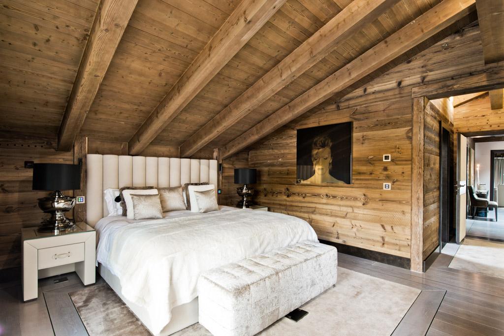 Mobilier dessiné sur mesure et matériaux soigneusement sélectionnés habillent les chambres à coucher, particulièrement confortables