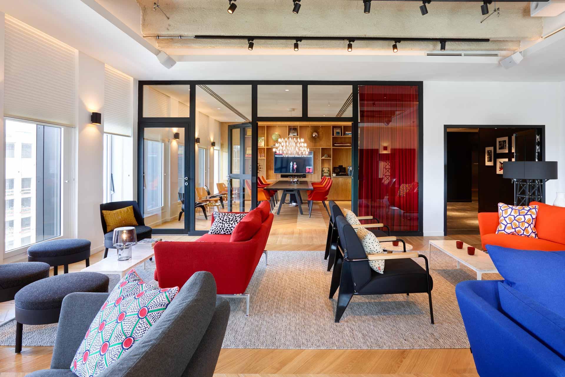 """... et ses salles de meeting """"créatives et confortables"""" avec mobilier Vitra et WiFi ultra rapide"""