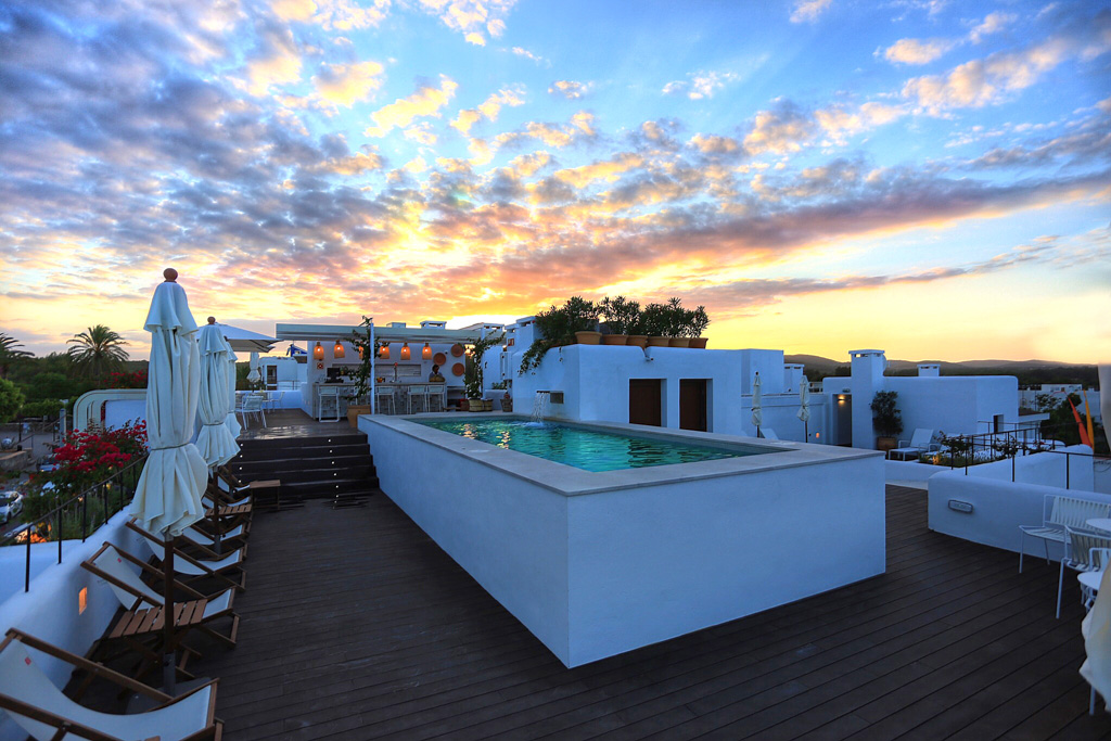 Sur le rooftop, une piscine domine le village de Santa Gertrudis