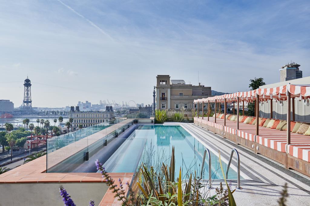 On retrouve sur ce toit-terrasse des éléments de décors semblables aux Soho House Berlin ou Istanbul
