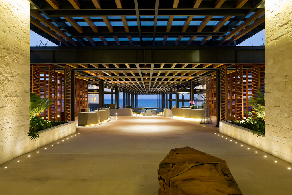 En entrant dans l'hôtel, on aperçoit la mer, au fond du lobby-paseo, complètement ouvert sur l'extérieur © Grand Hyatt Playa del Carman