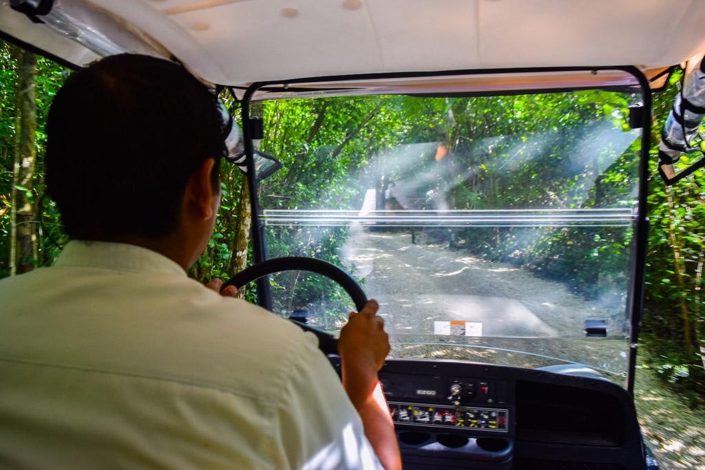 Le buggy nous emmène au coeur du domaine de l'hôtel, après avoir laissé notre voiture à l'écart © Yonder.fr